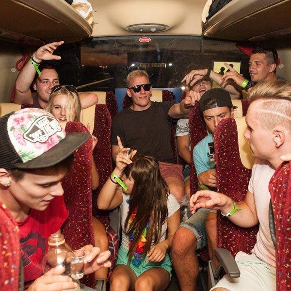 Atmosféra a zábava na palube pártybusu počas cesty na Zrće